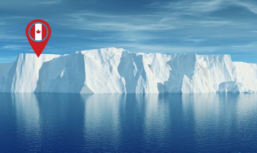 La Gente que Vive en Canadá se Maravilla con Iceberg en forma de Arco